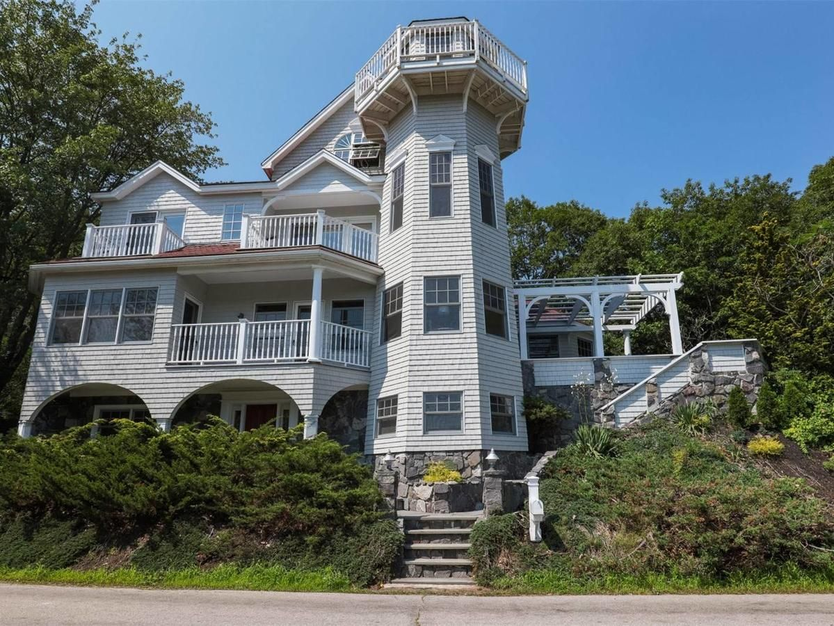 Want To Live In A Lighthouse This Charming Maine Home Was Inspired By One Maine House American Houses Lighthouse