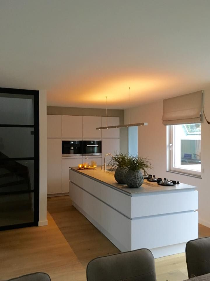 Referentie wildhagen leicht keuken in de kleur merino met keramiek blad kleur krypton pitt - Kleur trendy restaurant ...