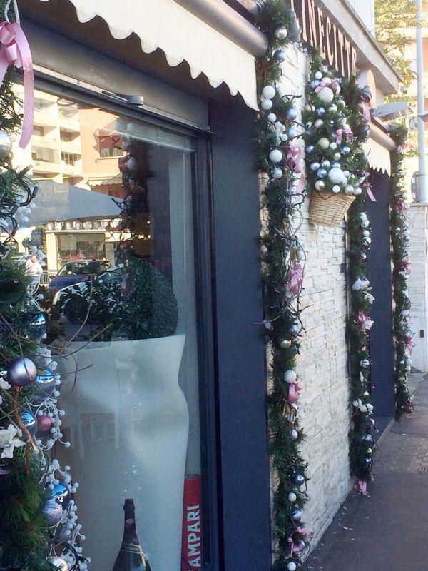 1314b3a11c Decorazioni per alberghi, negozi e bar - addobbi natalizi Roma e Lazio.  www.laflorealedistefania.it #farmacia #hotelroma #barroma #vetrinanegozio # natale # ...