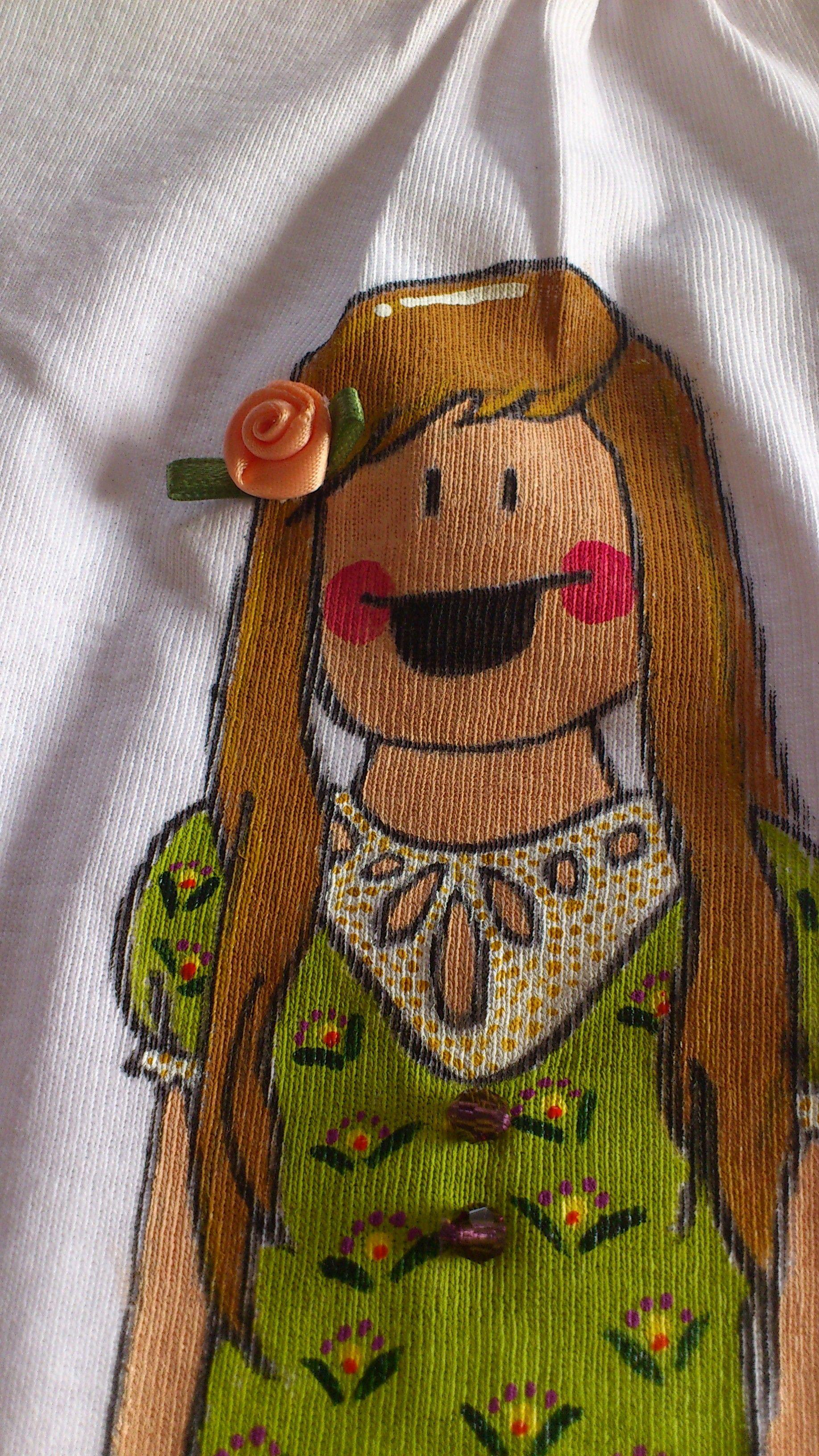 Los detalles hacen que nuestro producto sea único; flores, lazos, aplicaciones de tela y fieltro, bolitas de cristal... diviértete buscándolos. by Pepete T-shirts