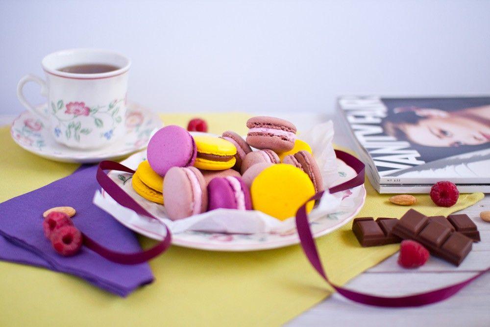 Macarons, que por cierto, no son franceses, ¡son italianos! Pasaron a Francia en el Renacimiento cuando el pastelero de la corte francesa empezó a servirlos en las fiestas de palacio. Pero tal como los conocemos hoy, emparejados con crema, empezaron a servirse solamente en el siglo XIX. ¡Impresiona a tus invitados con su exquisita textura y suaves y variados sabores!