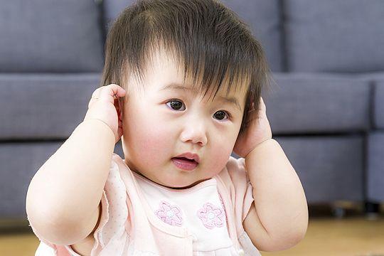 Baby Greift Sich Ans Ohr