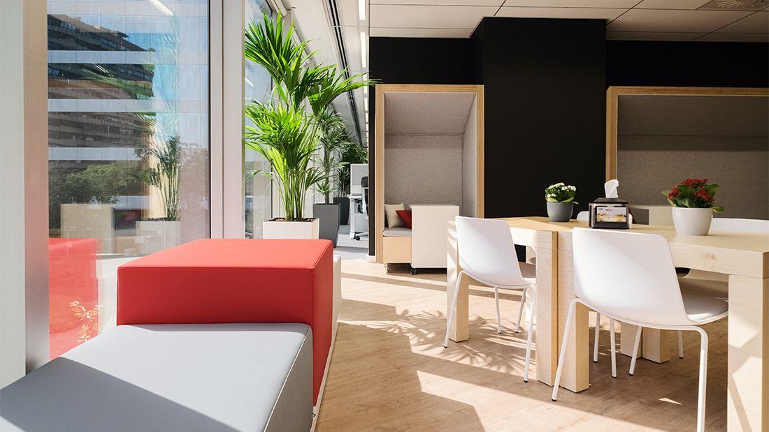 Oficinas en alta diagonal barcelona 2016 comedor en el rea central de la planta marcada por - Oficina de cambio barcelona ...