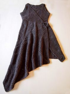 Beautiful assymetrical crochet dress. No instructions, but many photos of the assembly. Made almost entirely out of squares.