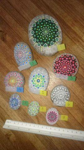 Mandala tyyliin maalattuja kiviä,          ...