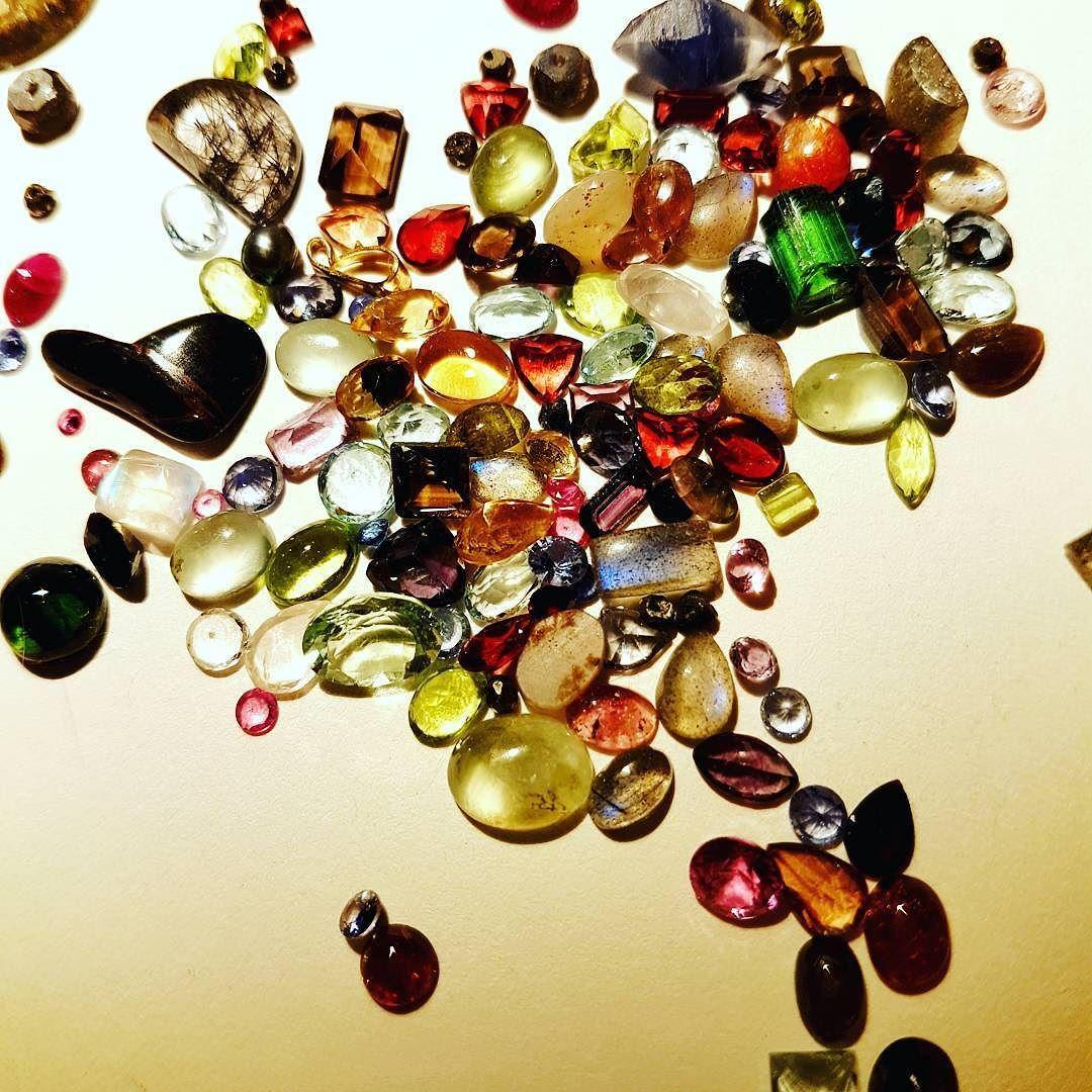 ما هية اسماء خمسة احجار في هذه الصورة Name Five Stones In This Photo Instagram Posts Butterfly Wings Unique Gemstones