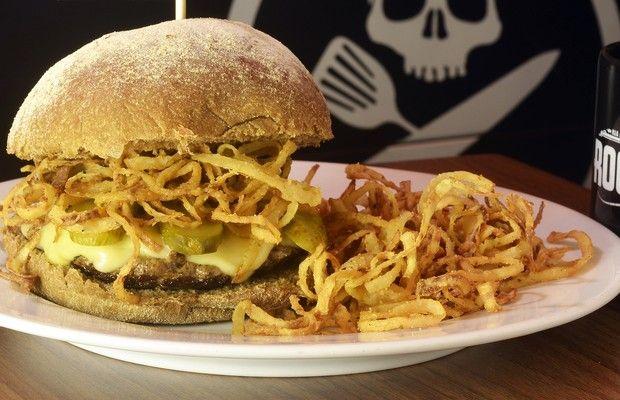 Stratocaster, novidade do Rock'n'Roll Burger: picanha, queijo mineiro raclette, crisps de cebola, picles especial e pão australiano (Foto: Divulgação)