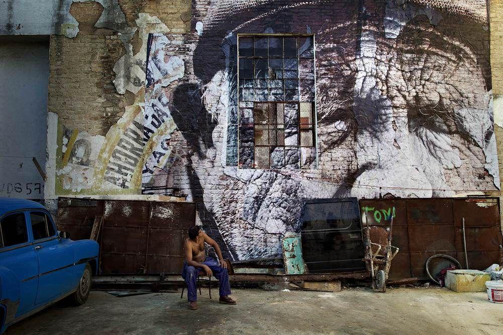 Les sillons de Cuba, par JR. « Je m'appelle Rolando Victor Jimenez. Je suis né le 26 février 1923, dans la ville de Vuelta, dans la province de Las Villas. J'ai 89 ans. (...) J'ai travaillé dans le commerce, puis dans un hôtel. Ensuite j'ai travaillé dans une usine d'étiquettes d'aluminium à San José de las Lajas et j'ai été conducteur de camions pendant 10 ans. (...) Maintenant je vends des bonbons et des cigarettes. Je ne suis jamais allé en dehors de Cuba. Le monde est un bordel de…