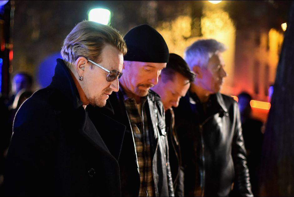 Bono et les membres du groupe irlandais U2, qui devaient tenir deux concerts à Paris, samedi et dimanche, sont venus se recueillir devant le Bataclan, après les attentats de vendredi soir qui ont fait 129 morts selon un dernier bilan provisoire.Le groupe de rock irlandais U2 a annulé les deux derniers concerts qu'il devait donner dans la salle de Bercy à Paris, samedi et dimanche, après les attentats qui ont frappé la capitale française vendredi soir.Bercy, plus grande salle de concerts…