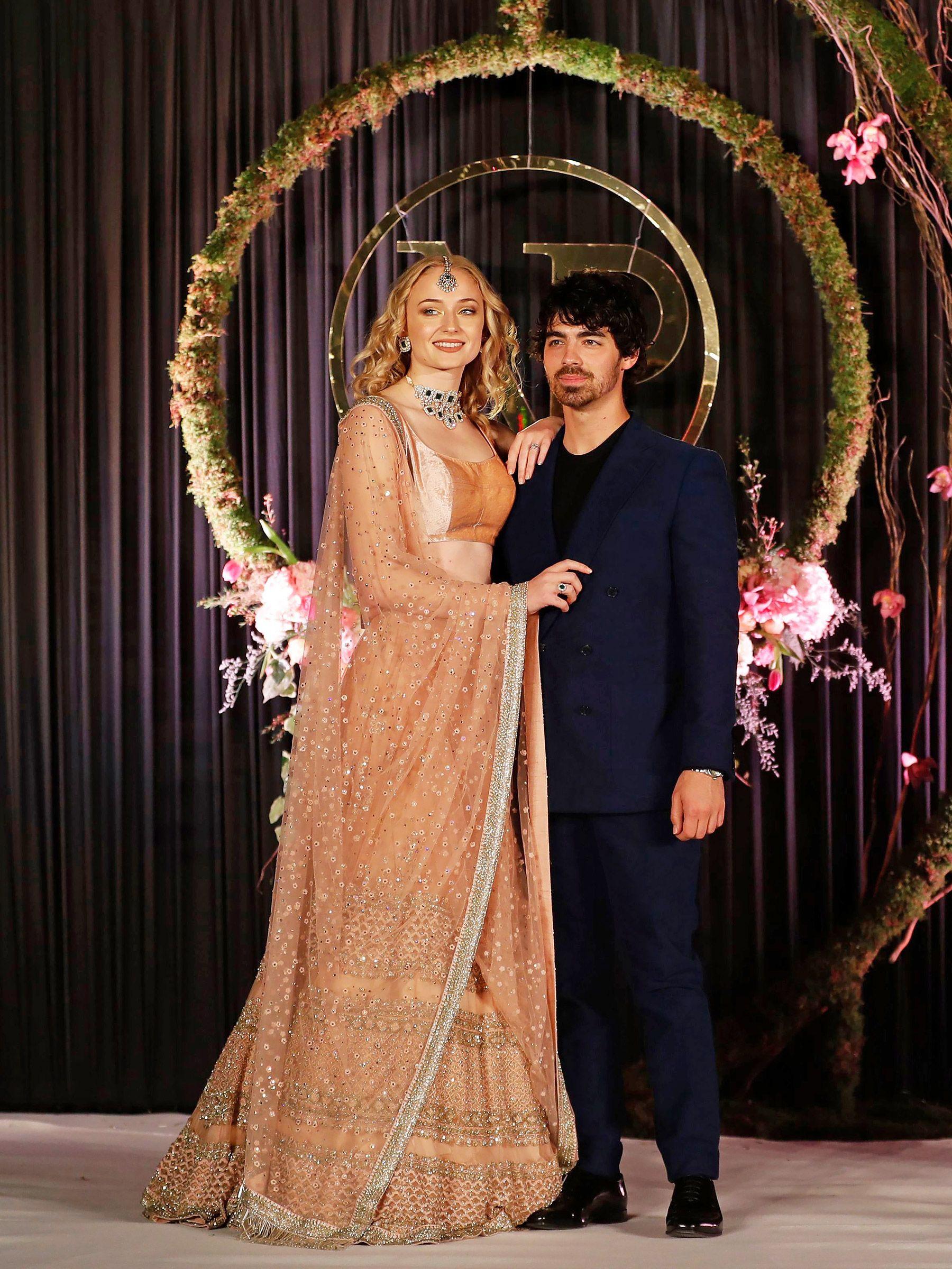 Priyanka Chopra And Nick Jonas Continue Their Lavish Wedding Celebrations With Delhi Reception Priyanka Chopra Wedding Bollywood Celebrities Wedding Outfit