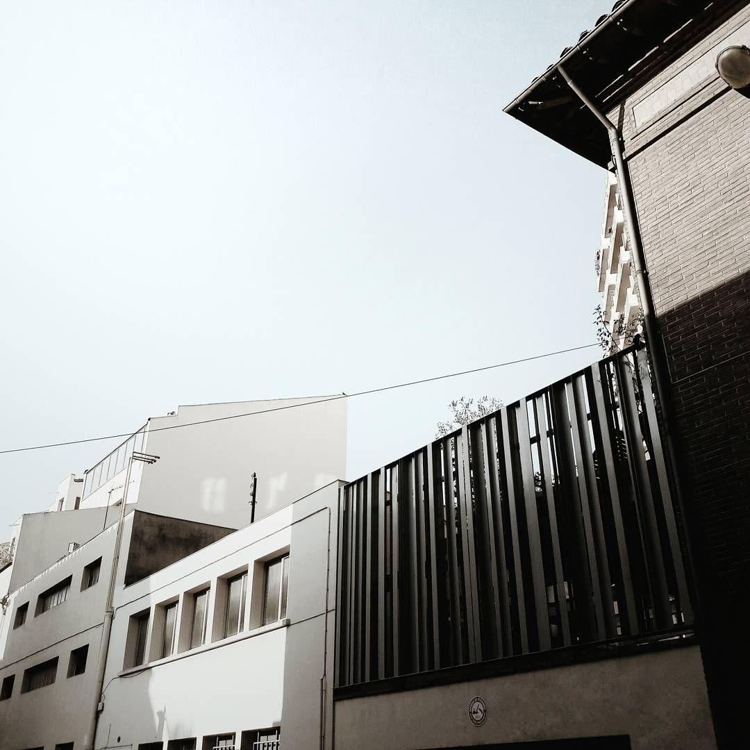 Pierre Soulages dit : C'est ce que je fais qui m'apprend ce que je cherche... Vivre l'instant, faire, ne pas penser à la suite, juste faire... ⬜◻◽▫ • • • • #architecture #minimalism #minimalist #minimal #geometric #urban #city #design