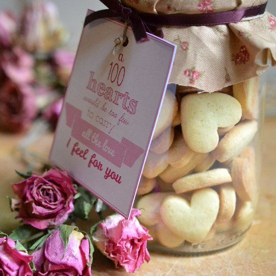 Learn how to transform a jar in a special valentine gift with homemade heart cookies and a lovely free printable tag!