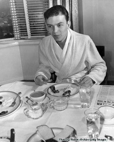 Sinatra desayuna.