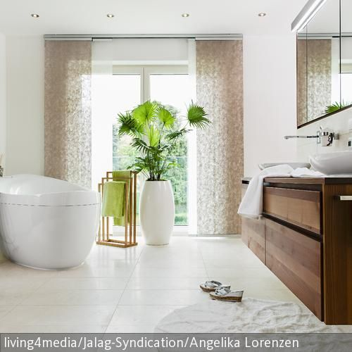Helles Badezimmer mit grünen Farbakzenten Spaces - kommode für badezimmer