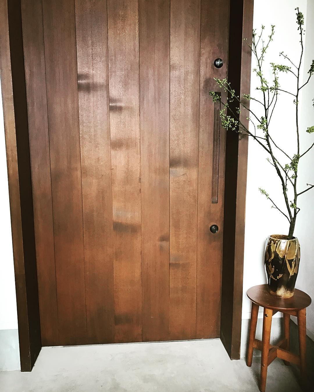玄関 木製の玄関引き戸です 木製で大きくて開けるのに力がいりそう