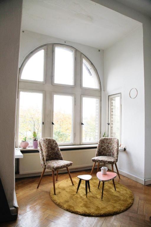 Tolles Erkerzimmer Mit Riesigem Bogenfenster, Sitzecke Im Retro Style.  #Halle #WGZimmer #Erker
