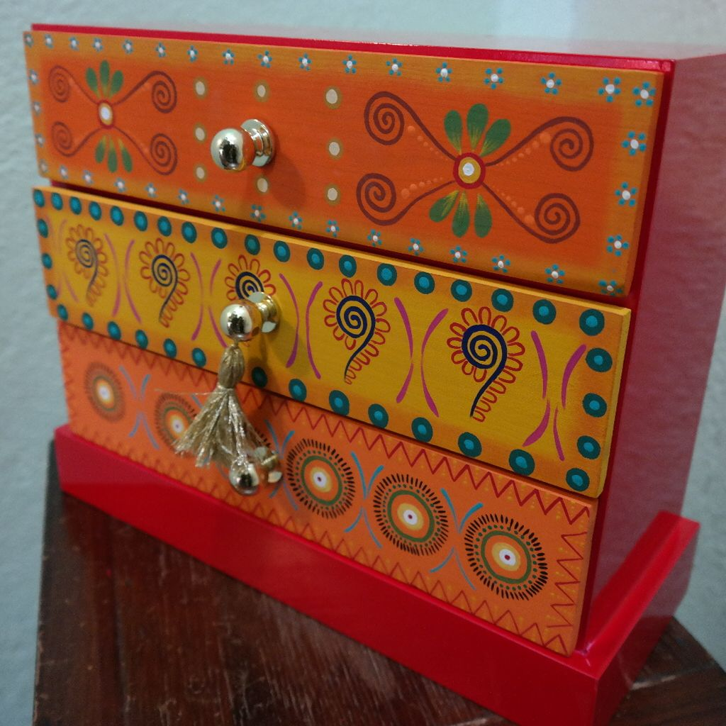 Mueble pintado a mano fondo color chocolate muebles for Muebles pintados a mano