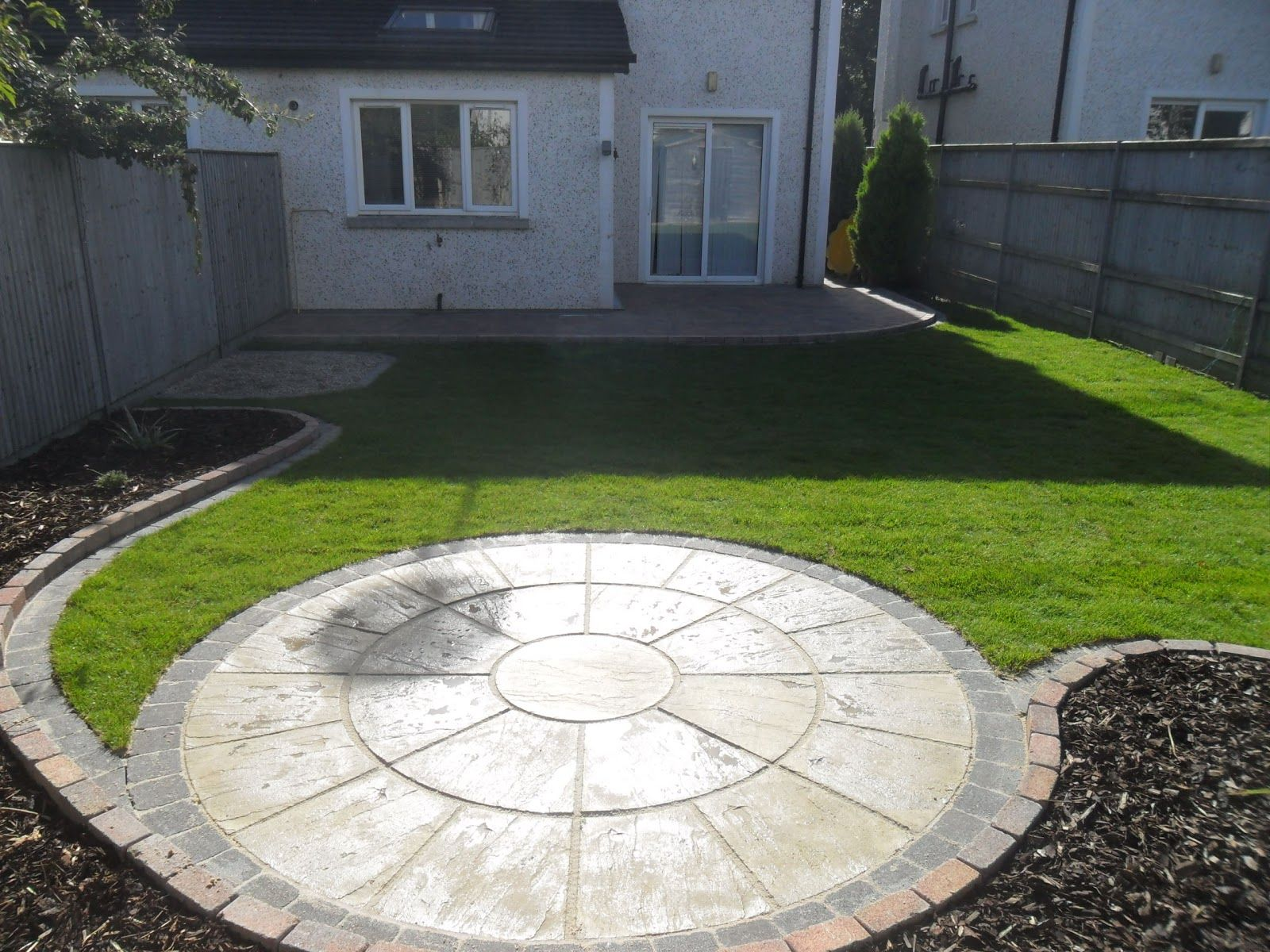 Patio areas circular patio and raised patio garden for Garden designs with stone circles