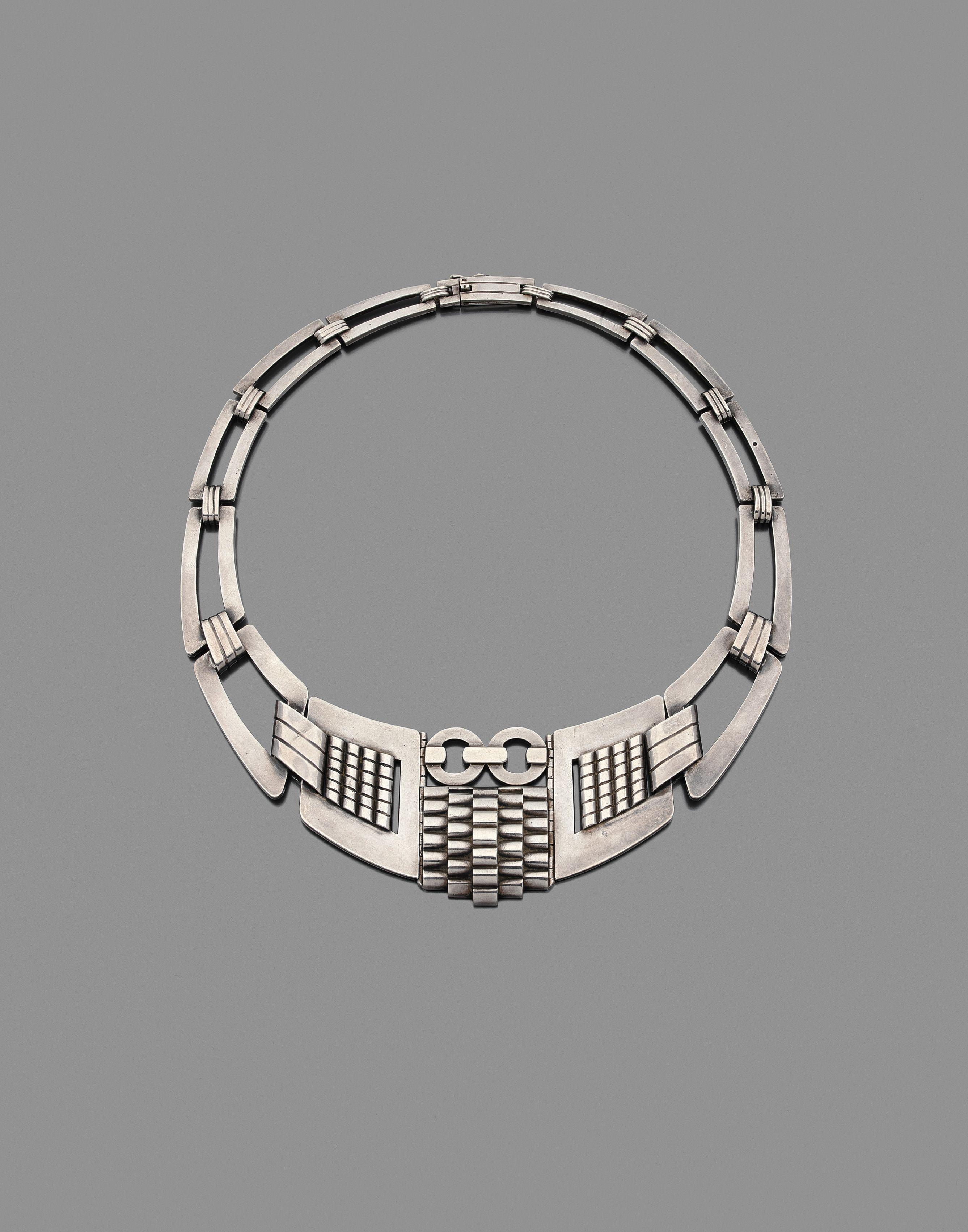 4902df50dad Collier composé de plusieurs larges mailles ajourées à décor de godrons à  gradins et de motifs géométriques