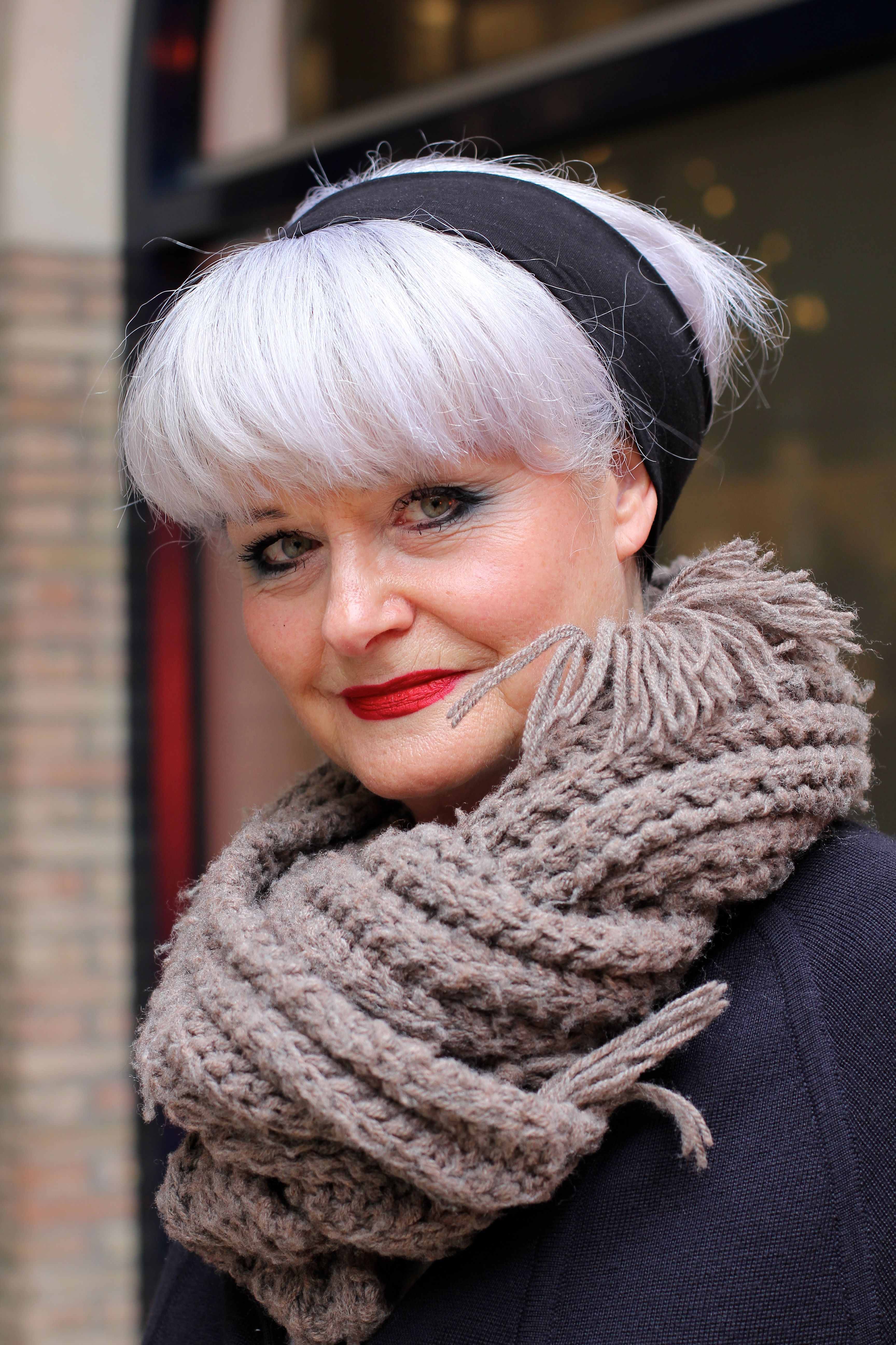 Kies je voor grijs haar? De uitgroei kan soms even lastig zijn, lees de tips van een professioneel hair stylist en doe er je voordeel mee.