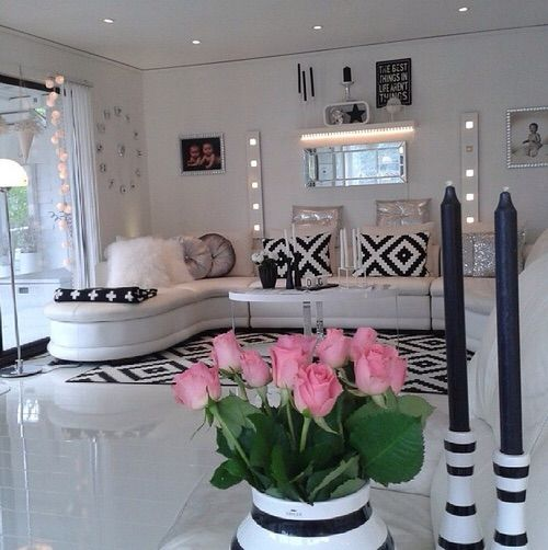 Image via We Heart It https://weheartit.com/entry/132383405/via/19208669 #candles #decor #Dream #home #house #inspo #life #living #room #roses