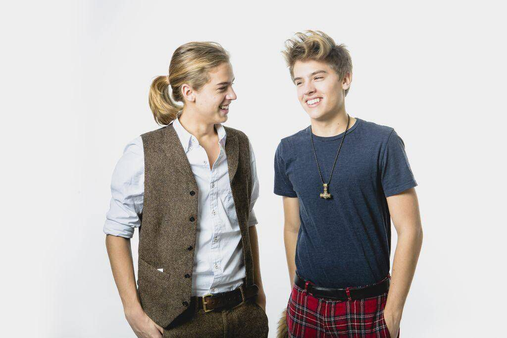 Why Is Dylan Sprouse So Hot And Then Cole Looks Like A Member Of The Founding Fathers With That Pony Tail Dylan And Cole Cole Sprouse Dylan Sprouse