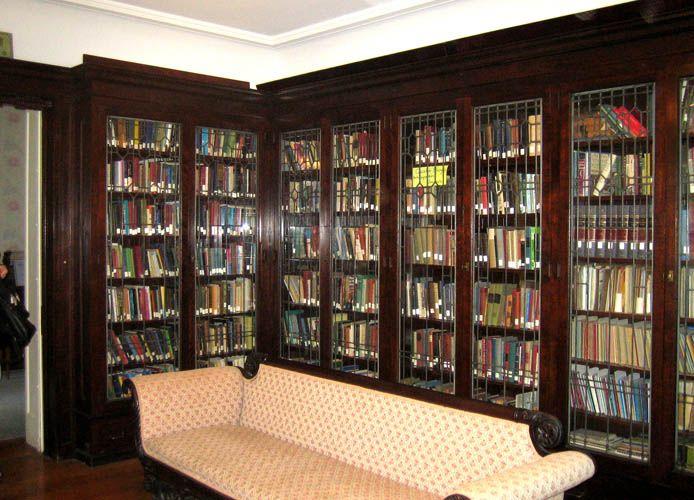 Verschiedene Haus Bibliothek Bucherregale Sehen Wir In Der Regel Auf Die Schonen Modernen Bibliotheken Gefu Hausbibliothek Bibliothek Regal Bucherregal Ideen