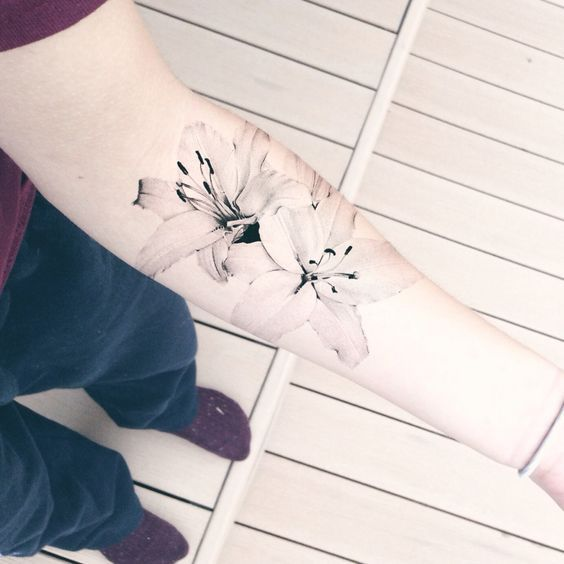 24 Realistic Lily Tattoo With A Black And White Outline Styleoholic Lily Tattoo Tattoos Trendy Tattoos