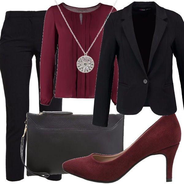 Un cocktail di lavoro. Cosa mi metto? Pantaloni neri stretti e classici. Abbiniamo camicia con pieghe avanti e décolletè color burgundy. Ciondolo in argento per spezzare il tutto. Blazer e clutch di color nero.