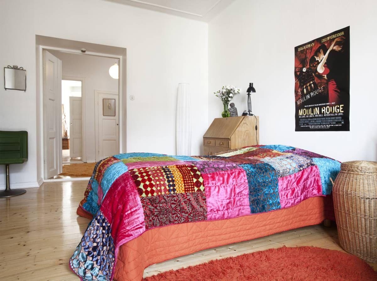 Makuuhuoneen matto on Skannosta, kori ja lipasto lapsuudenkodista. Kirjava…
