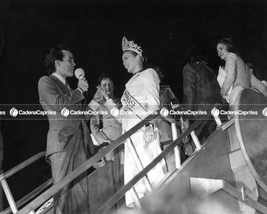 Maritza Sayalero, Miss Universo 1979, es recibida por el animador Gilberto Correa. Foto: Archivo Fotográfico/Cadena Capriles