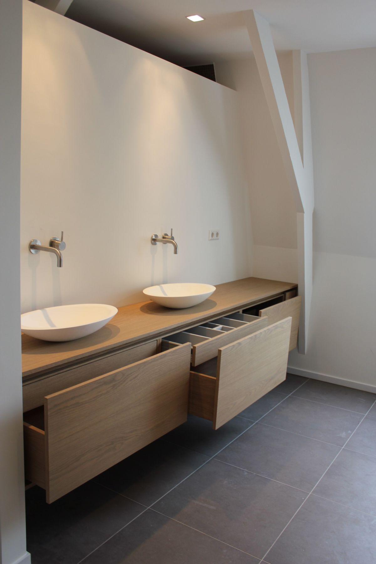 houten badmeubel grijze tegels wit gestucte muren badkamer