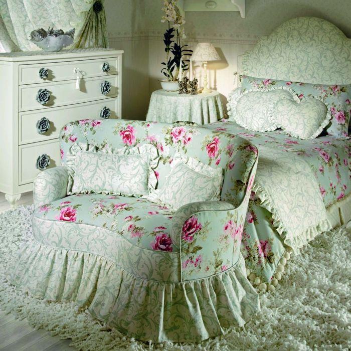 Einrichtungsideen schlafzimmer romantisch  shabby chic kommode anrichte antike möbel rosen muster hochflor ...