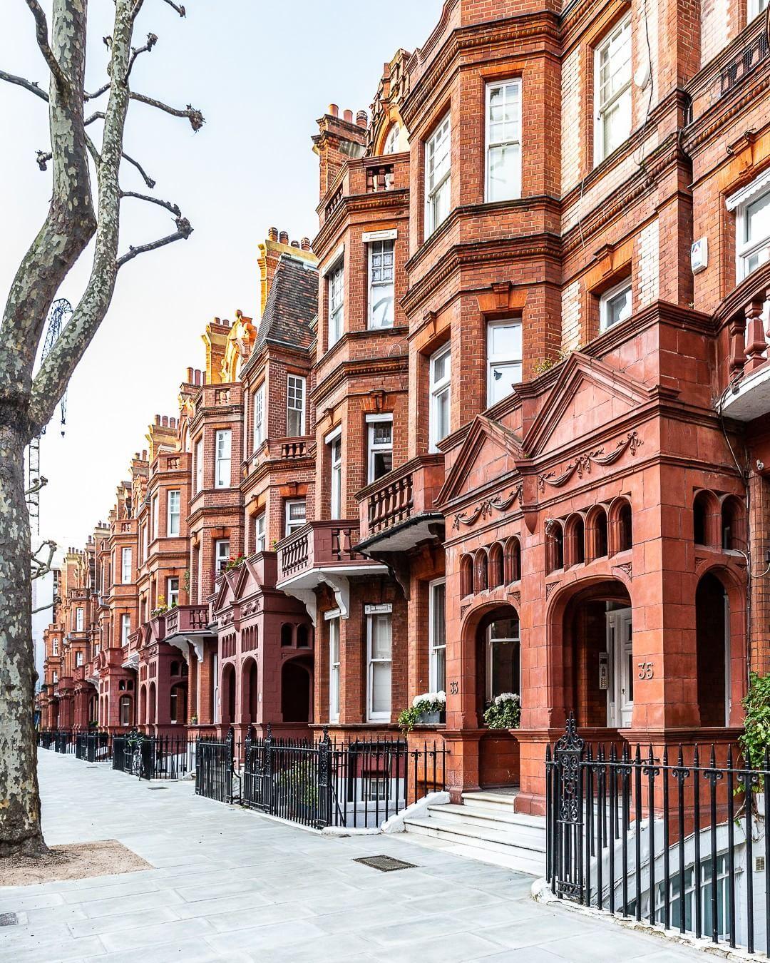 A Beautiful Row Of Brick Houses Near Sloane Square In Chelsea London Houses London Chelsea Sloanesquare Kensington And Chelsea London Chelsea London