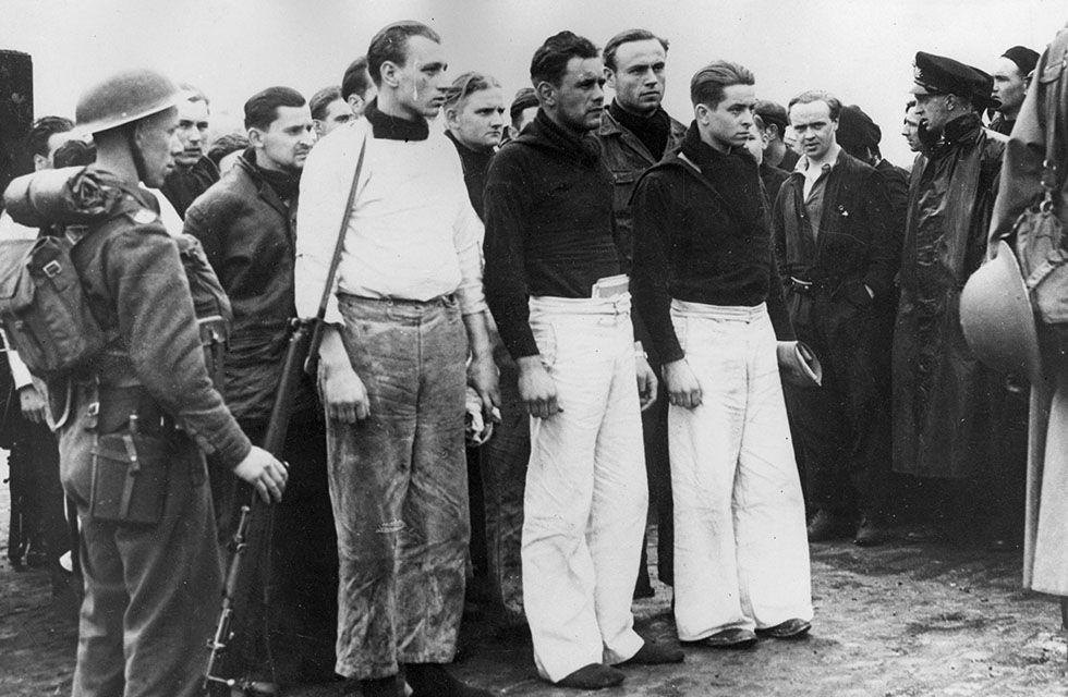 """70 anos do fim da Segunda Guerra Mundial Legenda: Sobreviventes do navio de guerra """"Bismarck"""" aguardando transporte na chegada à Grã-Bretanha (Keystone/Getty Images)"""