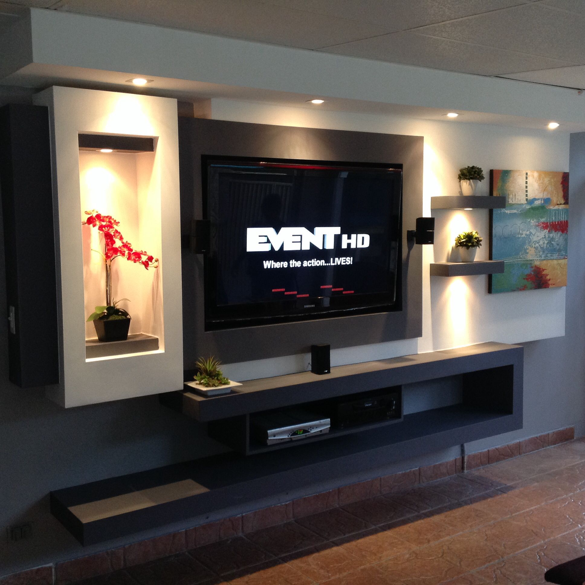Tv in wall made with gypsum board family rooms for Diseno de muebles para sala