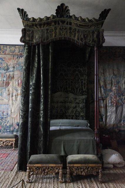 Rococo four poster bed but what dominates the room is a - Gothic schlafzimmer ...