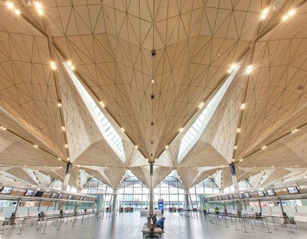 Aeroportos do futuro Novos projetos de aeroportos em construção revelam uma tendência cada vez mais forte: prédios repletos de luz natural, com amplas janelas e tetos de vidro; assentos convidativos e até jardins de inverno. Na foto, a luz do sol preenche o novo terminal do Pulkovo International Airport, em São Petersburgo, na Rússia. Veja outros exemplos.