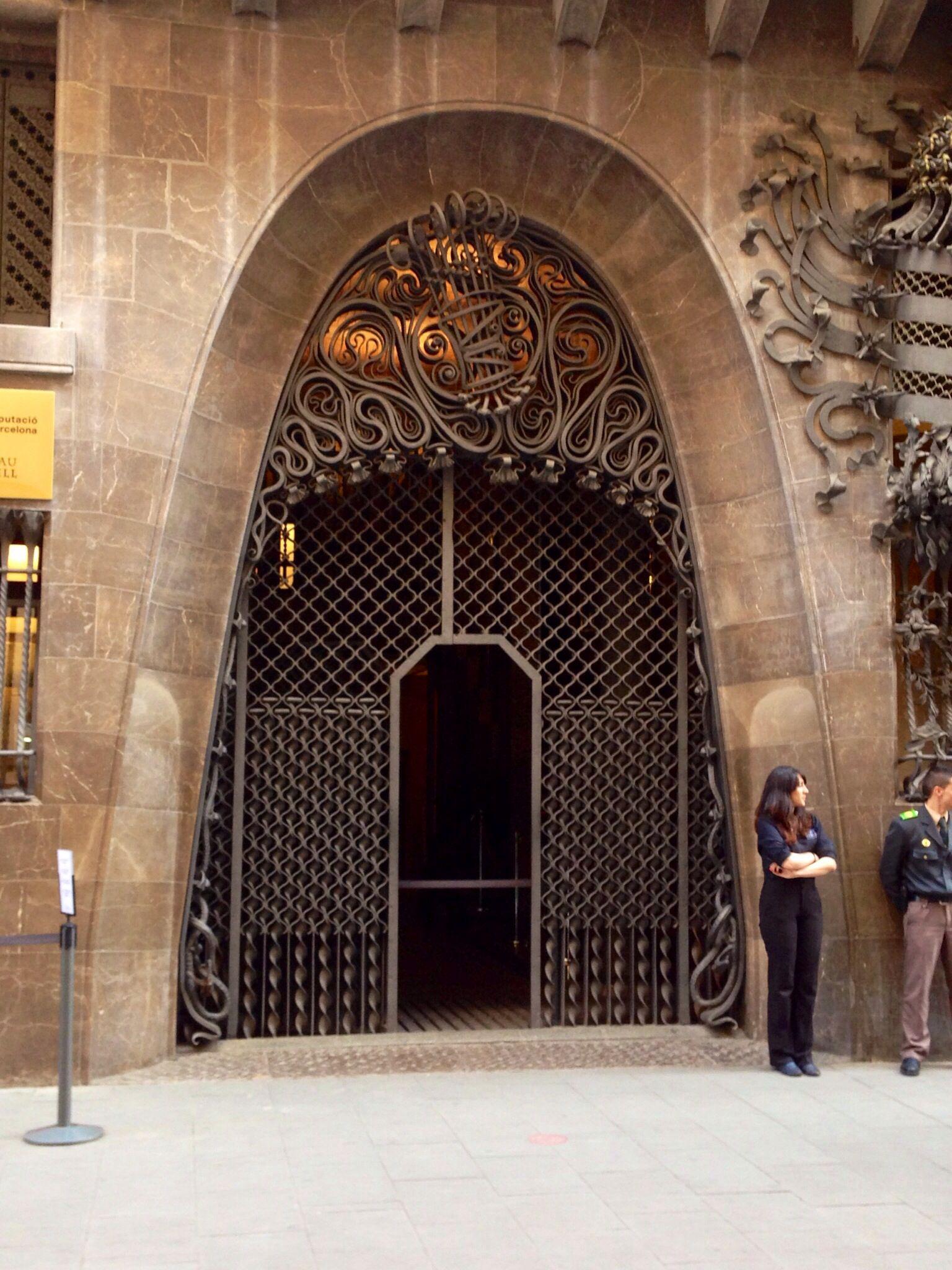 Puerta / edifficio de Gaudí en Barcelona