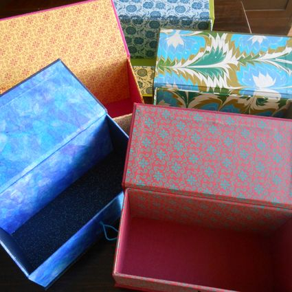 cajas para tesoros con papel decorado.