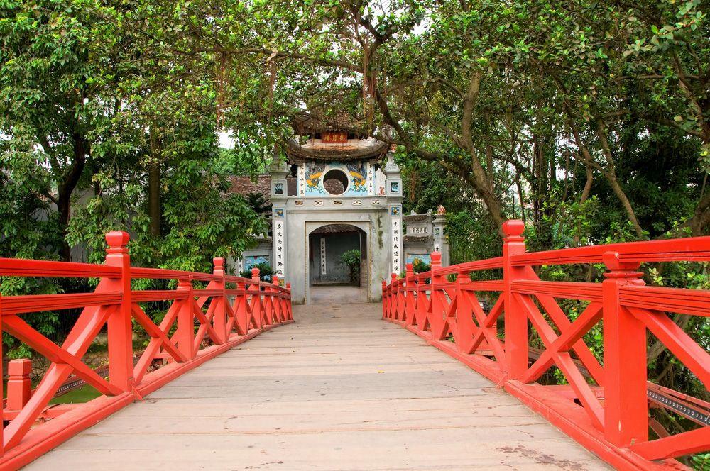 Le Pont The Huc Relie Le Rive Du Lac Hoan Kiem Avec Le Temple De