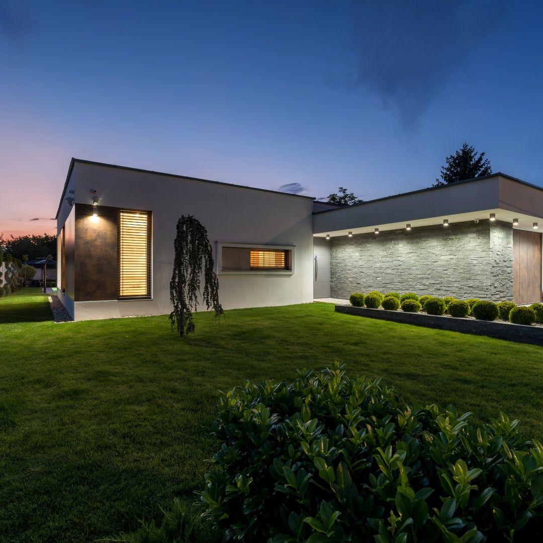 #dreamhouse #exteriordesign #lightaccents #eveningatmosphere #housegoals #modernhouses #internorm #moderndesign