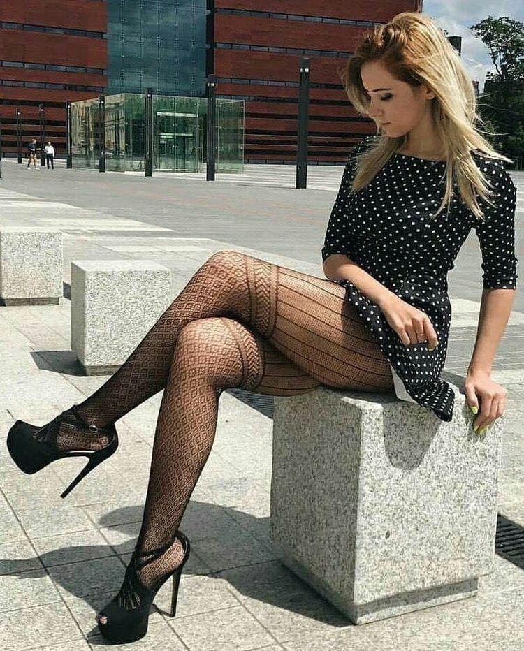 Женские ножки в коротких платьях упитанной