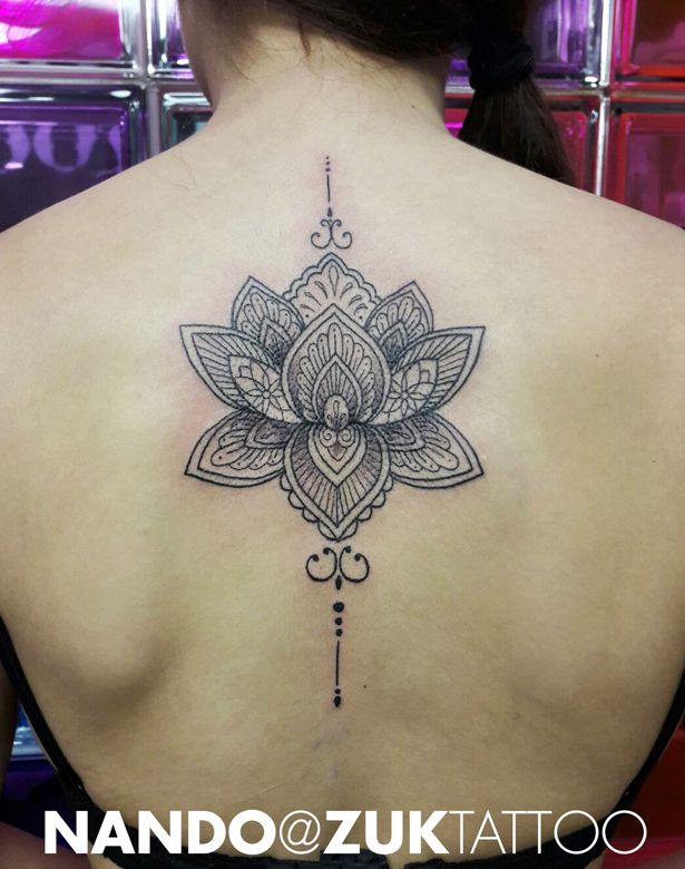 Tatuaje En La Espalda Con Una Flor De Loto Mandala Pinterest