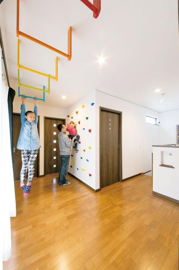天井からはカラフルなうんていを 壁にはボルダリングコーナーを