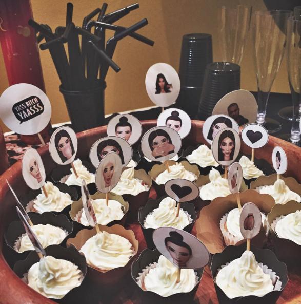 Como fazer sua festa temática da Kim Kardashian Kimoji