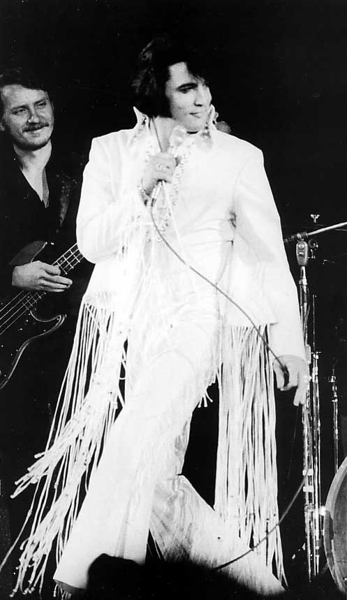 """The Herald -Examiner reporter wrote """" Vocally, El was dynamic, his deep, rich, powerful voice sounded magnificent. """" He also mentioned Elvis was having difficulties with his jumpsuit. Elvis at the LA Forum November 14, 1970 evening show 