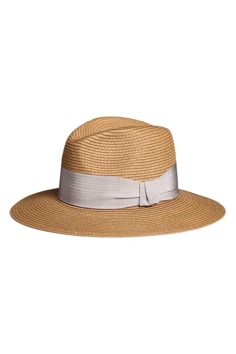 Sombrero de paja  Sombrero en en paja trenzada de papel con cinta de  grosgrain alrededor de la copa. Ancho del ala 8 cm. 1ba8b0f75bb