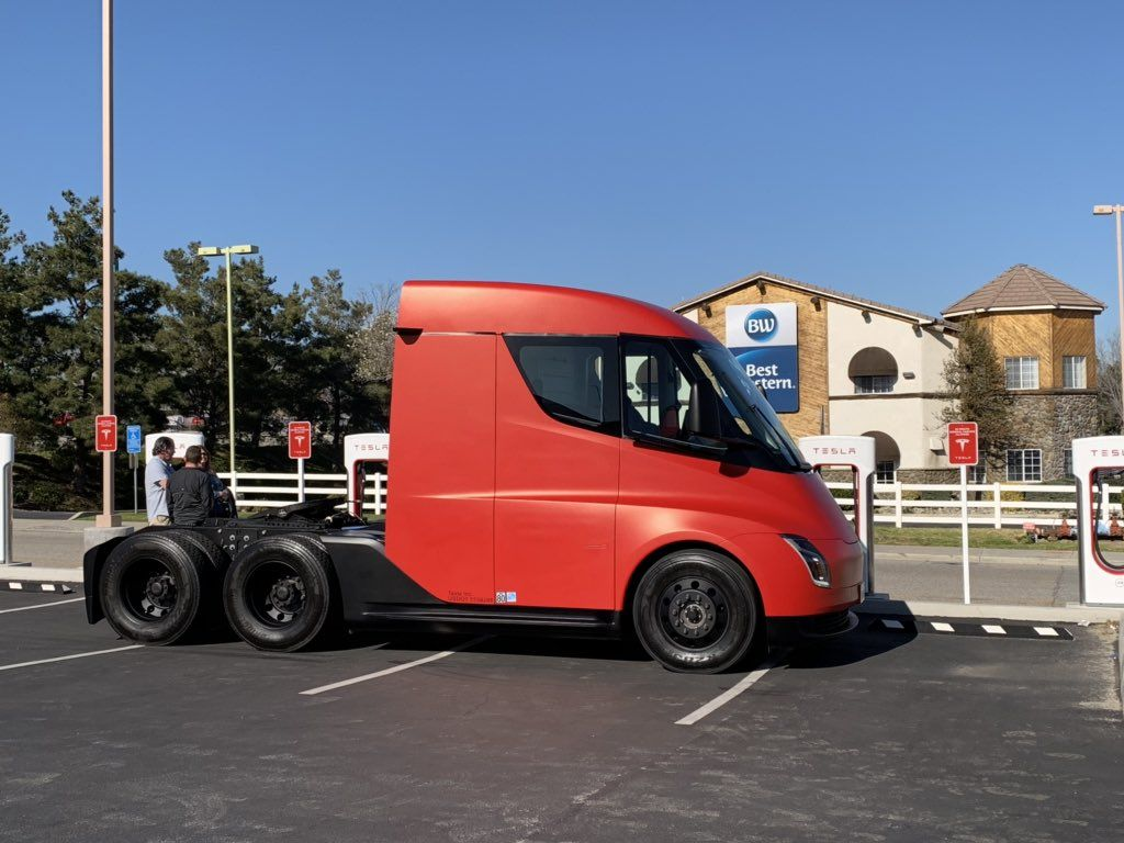 Red And Silver Tesla Semi Trucks Spotted In New Video And Pics Trucks Tesla Tesla Electric Car