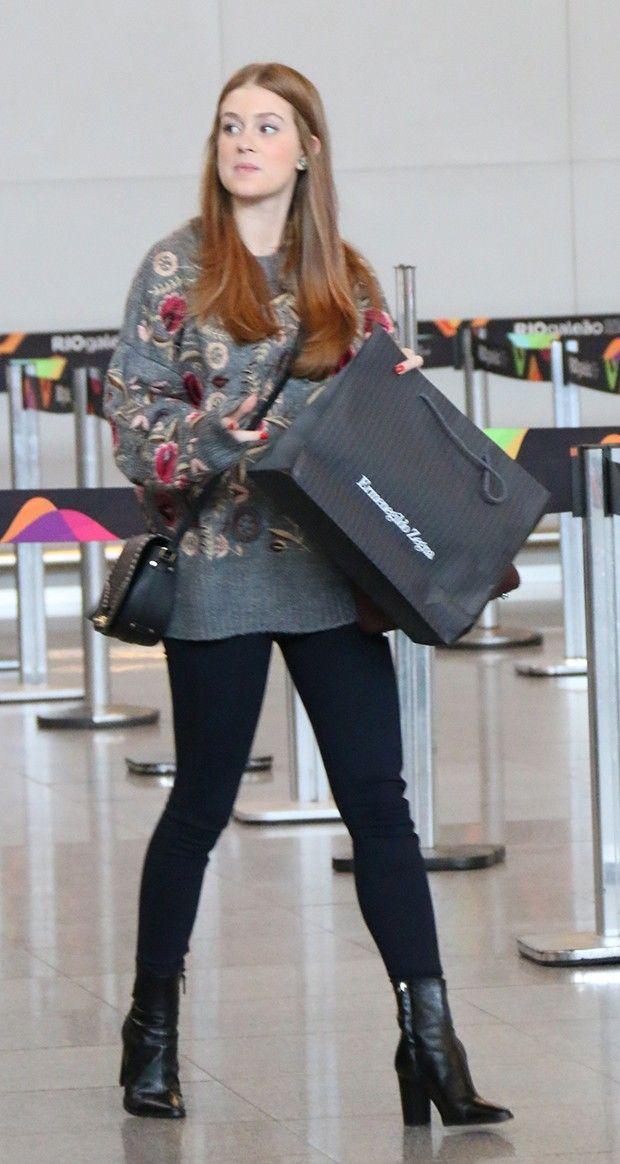 141647233 Sem make, Marina Ruy Barbosa não recusa fotos com fã em aeroporto ...